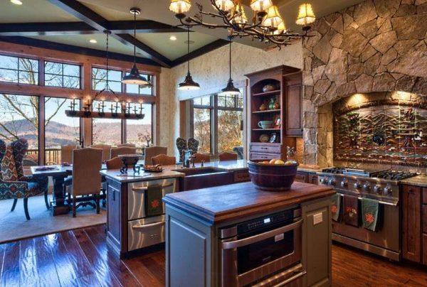 интерьер кухни в стиле шале с камнем на стенах