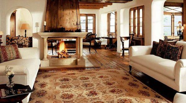 камин и ковёр на кухне в стиле шале
