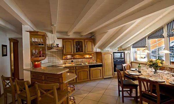 интерьер кухни в стиле шале с фартуком из керамической плитки