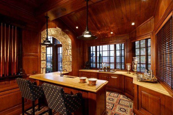 интерьер кухни в стиле шале с деревянной отделкой