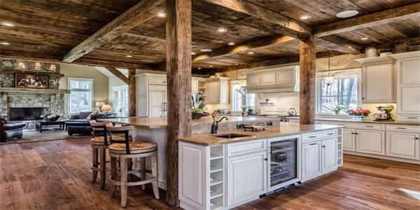 островной стол на кухне в стиле шале