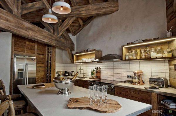 массивные деревянные балки на кухне в стиле шале