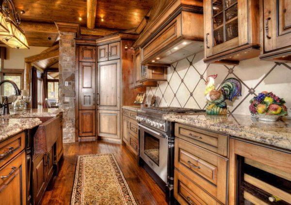 на кухне в стиле шале деревянный гарнитур