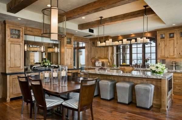интерьер кухни в стиле шале с потолочными балками