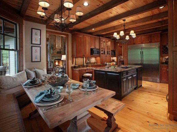интерьер кухни с деревянными балками в стиле шале