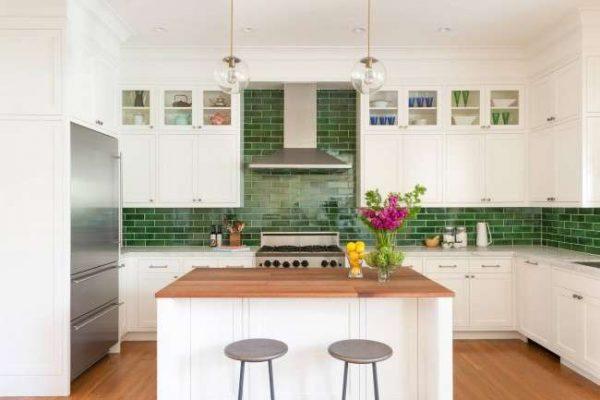 зеленый цвет фартука в интерьере кухни