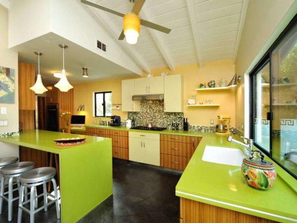 зелёная столешница в коричневой кухне