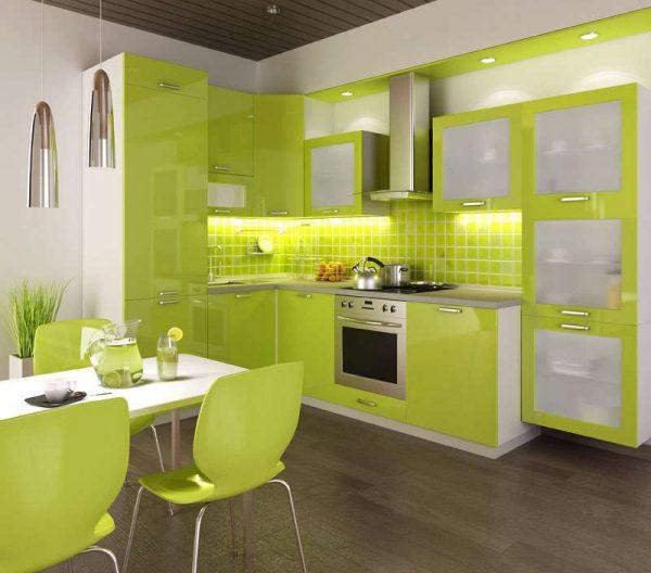 стильная зелёная кухня со столом
