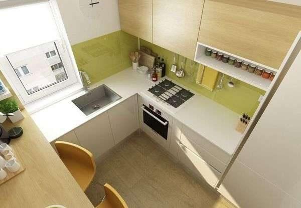 стол у стены на маленькой прямоугольной кухне