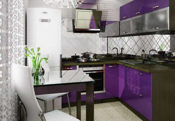 интерьер маленькой фиолетовой кухни в стиле хай тек