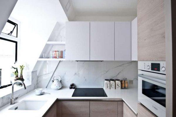 маленькая белая кухня под крыше