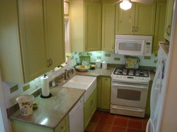 угловая зелёная маленькая кухня