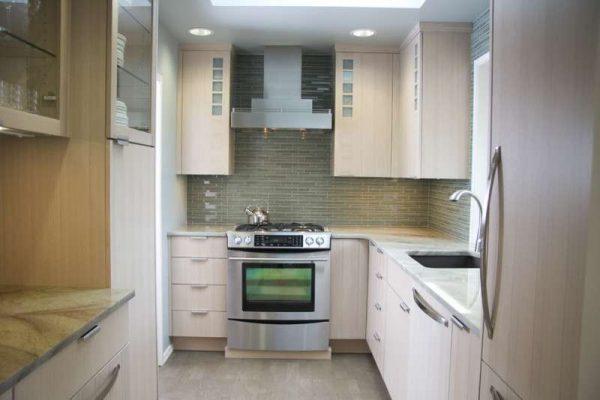 угловая бежевая маленькая кухня