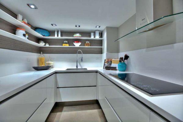 маленькая кухня белая с открытыми полками