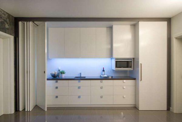 маленькая кухня белая с раздвижными дверями