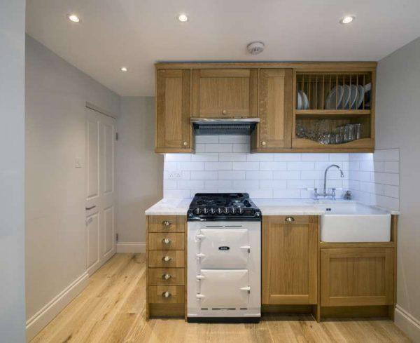 маленькая кухня с деревянными фасадами