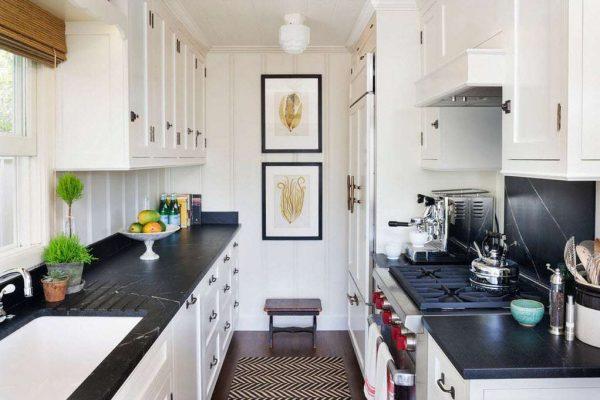 интерьер маленькой чёрно-белой кухни
