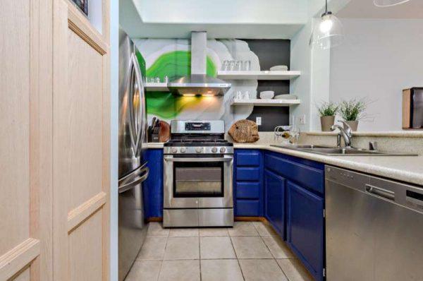 маленькая кухня с синими шкафами