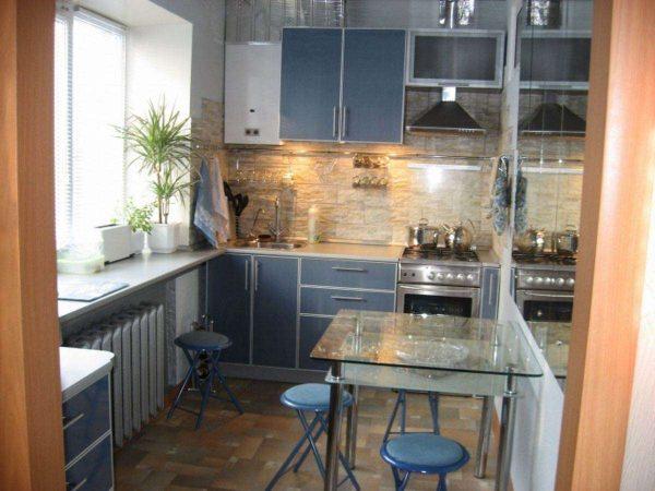 интерьер маленькой голубой кухни
