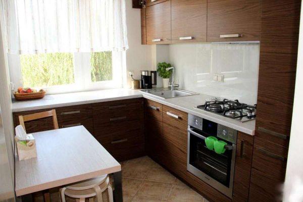 интерьер маленькой кухни с угловым гарнитуром