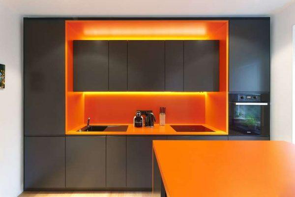 оранжевый с серым на кухне