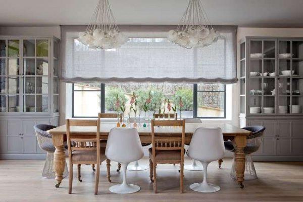 римские шторы из натуральной ткани в интерьере кухни