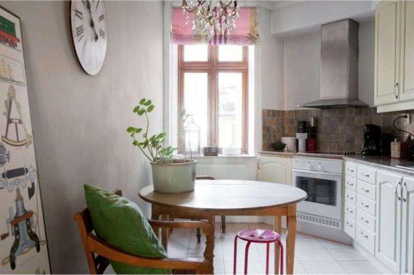 розовые римские шторы в интерьере кухни