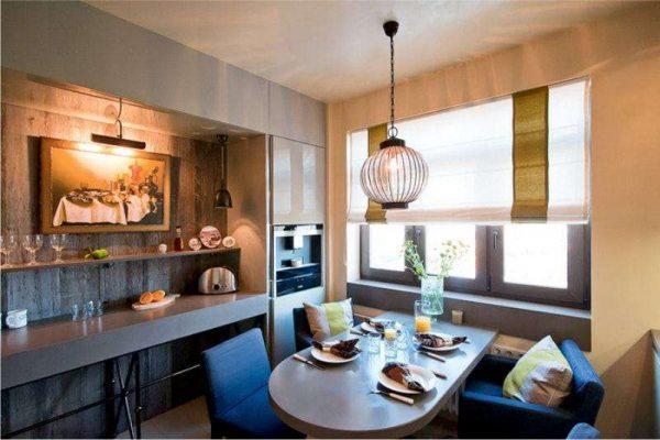 белые римские шторы с оливковой полоской в интерьере кухни