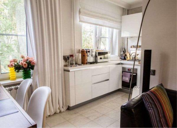 римские шторы из бежевой натуральной ткани в интерьере кухни