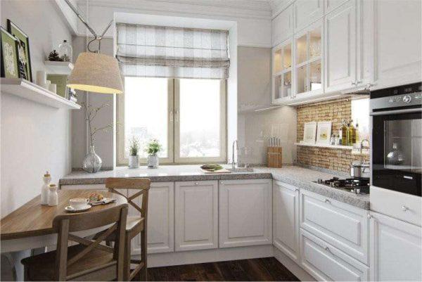 римские шторы в интерьере белой кухни