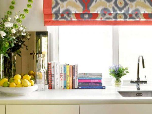 римские ретро шторы в интерьере кухни