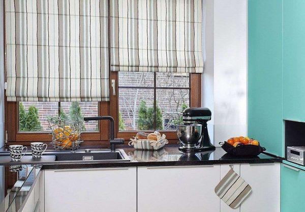 римские шторы в полоску в интерьере кухни