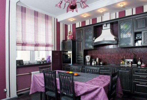 фиолетовые римские шторы в интерьере кухни