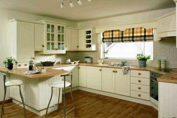 клетчатые римские шторы в интерьере кухни
