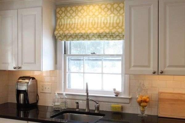 фисташковые римские шторы в интерьере кухни