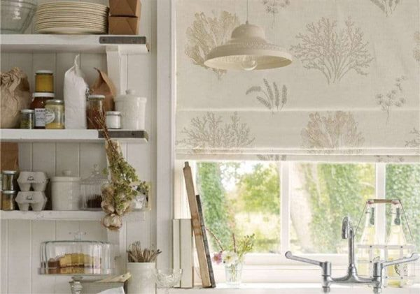 римские шторы в интерьере кухни
