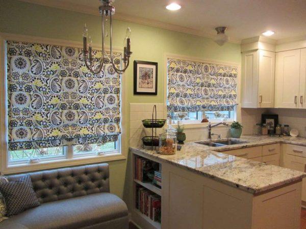 каскадные римские шторы в интерьере кухни