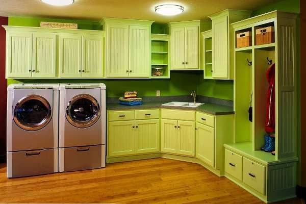 стиральная машина на кухне с угловым гарнитуром