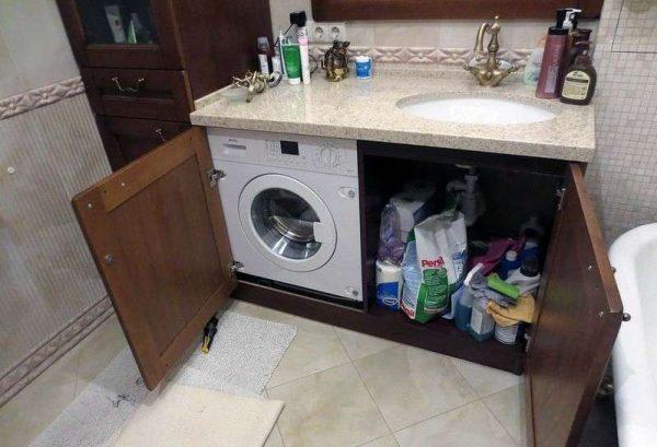 стиральная машина с бытовой химией под раковиной