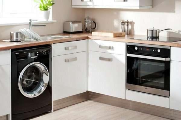 стиральная машина у окна в интерьере кухни