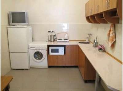стиральная машина в интерьере угловой кухни