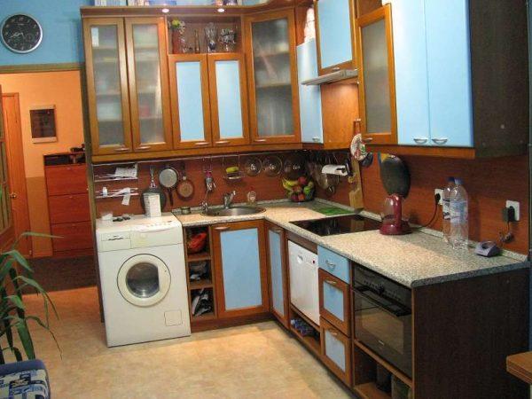 стиральная машина в интерьере кухни у дверей