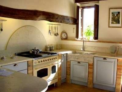 стиральная машина возле раковины кухни