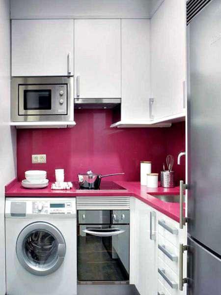 стиральная машина на кухне с розовым фартуком