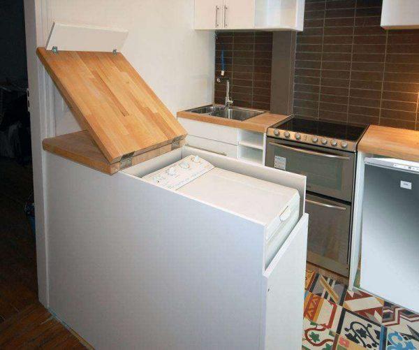вертикальная стиральная машина на кухне