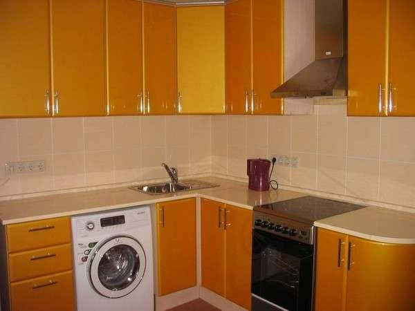 стиральная машина на кухне у мойки