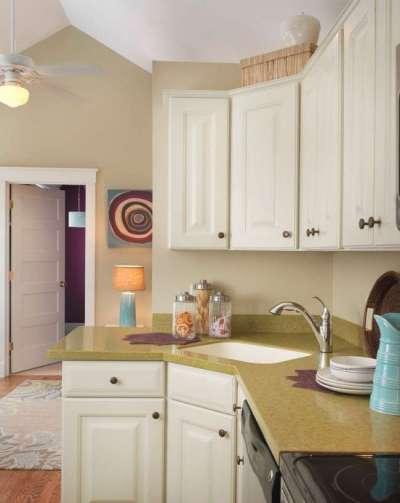интерьер кухни с угловой мойкой прямоугольной формы