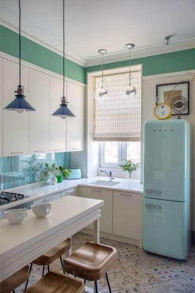 интерьер белой кухни с угловой мойкой у окна