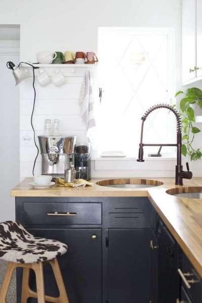 интерьер кухни с угловой мойкой на две чаши