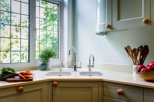 угловая мойка у окна кухни